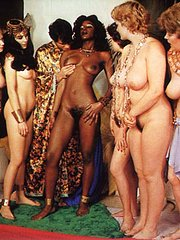 Felice donne nude con la figa pelosa